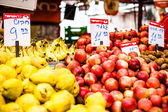 Fruits and vegetables at a farmers market — Stockfoto