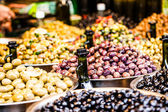 Assortment of olives on local market,Tel Aviv,Israel — Foto Stock