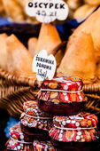 Traditional polish smoked cheese oscypek on outdoor market in Krakow, Poland. — Stockfoto