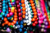 Legno perline colorate sul display sul mercato a zakopane, Polonia — Foto Stock
