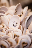 Vyřezávané poháry, lžíce, vidličky a jiné nádobí ze dřeva — Stock fotografie