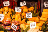 Traditional polish smoked cheese oscypek on outdoor market in Krakow, Poland. — Стоковое фото