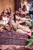 Párky na prodej na trhu s potravinami v krakově, polsko, evropa — Stock fotografie