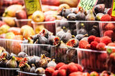 Colourful fruit and figs at market stall in Boqueria market in Barcelona. — Stockfoto