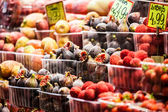 カラフルなフルーツとバルセロナのサン ・ ジョセップ市場の露店でイチジク. — ストック写真