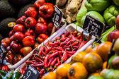 ボケリア バルセロナの有名な市場での果物市場 — ストック写真