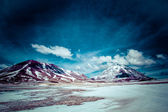 Desierto y montaña sobre el azul del cielo y las nubes blancas en el altiplano de bolivia — Foto de Stock