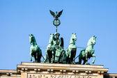Quadriga üstünde belgili tanımlık tepe-in brandenburg kapısı, berlin — Stok fotoğraf