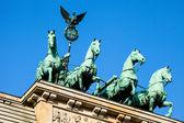 La cuadriga encima de la puerta de brandenburgo, berlín — Foto de Stock