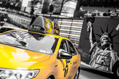 Vitesses de taxi jaune à times square à new york, ny, é.-u. — Photo