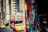 żółty cab prędkościach przez times square w nowym jorku, ny, stany zjednoczone ameryki. — Zdjęcie stockowe