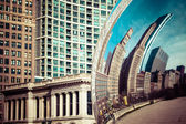 CHICAGO, IL - APRIL 2: Cloud Gate and Chicago skyline on April 2, 2014 in Chicago, Illinois. Cloud Gate is the artwork of Anish Kapoor as the famous landmark of Chicago in Millennium Park. — Stock Photo