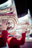 Brass band in rode uniforme uitvoeren — Stockfoto