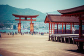 Miyajima, Famous big Shinto torii standing in the ocean in Hiroshima, Japan  — Foto Stock