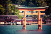 Miyajima, Famous big Shinto torii standing in the ocean in Hiroshima, Japan  — Stock Photo