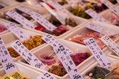 Comidas exóticas em exposição no mercado tradicional no Japão. — Fotografia Stock