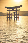 Miyajima, Famous big Shinto torii standing in the ocean in Hiroshima, Japan  — Stock Photo