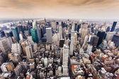 Flygfoto över manhattan skyline i solnedgången, new york city — Stockfoto