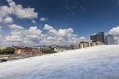 Binanın cam, oslo, norveç'te gökyüzünün yansıması. — Stok fotoğraf