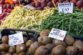 Food market stall with kiwi fruits, Poland. — Stock Photo