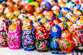 Colorful Russian nesting dolls matreshka at the market. Matrioshka Nesting dolls are the most popular souvenirs from Russia. — Stock Photo