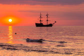 在日落时分在波兰波罗的海船在海面上. — 图库照片