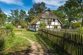 Antigua casa de madera en kluki, polonia — Foto de Stock