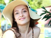 счастливая девушка в шляпе, с улыбкой на открытом воздухе. портрет крупным планом — Стоковое фото