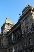 Prags nationalmuseum tjeckien på blå dag himmel bakgrund — Stockfoto