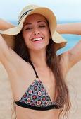 帽子海の背景に幸せで笑顔美人. — ストック写真