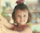 Beautifiul smiling kid girl looking happy with curly hair — Stockfoto