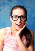Zaskakujące kobieta w okularach z otwarte usta i twarz — Zdjęcie stockowe