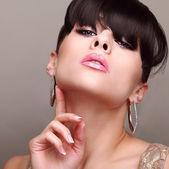 Donna trucco luminoso di fascino sessuale. stile di capelli con frangia. manicure unghie. — Foto Stock