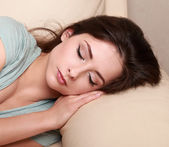 Giovane donna sulla mano a letto. closeup ritratto — Foto Stock