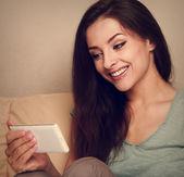 美丽的女人,在手机上看起来和微笑。老式的肖像 — 图库照片