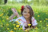 Little girl on grass. — Stockfoto