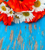 Poppies and daisies in bouquet on wooden background — Stock Photo