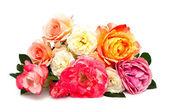 Bouquet de roses multicolores isolé sur fond blanc — Photo