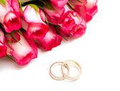 Rose e fedi nuziali — Foto Stock
