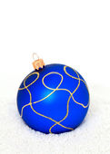 Blue Chritsmas Ball lying on snow — Foto Stock