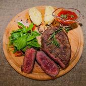 Steak grillé avec pommes de terre, salade et ketchup — Photo