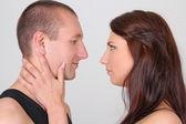 お互いを探している美しい若いカップル — ストック写真