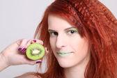 Aantrekkelijke roodharige vrouw met kiwi over wit — Stockfoto