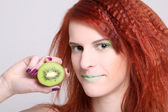 Redhaired atractiva mujer con kiwi sobre blanco — Foto de Stock
