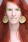 Rödhårig kvinna med citron örhängen — Stockfoto