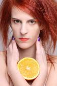 Fechar o retrato da mulher redhaired com meia laranja — Fotografia Stock