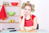 Atrakcyjny gospodyni cięcia chleba w kuchni — Zdjęcie stockowe