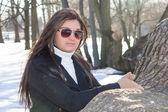 公園でサングラスを持つ若い魅力的な女性の肖像画 — ストック写真