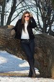 Mladá atraktivní brunetka v parku — Stock fotografie