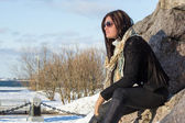 Portrét mladé atraktivní brunetka s sluneční brýle v parku — Stock fotografie